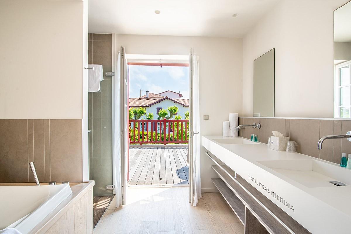Chambre Prestige - salle de bain spacieuse - Hotel Itsas Mendia